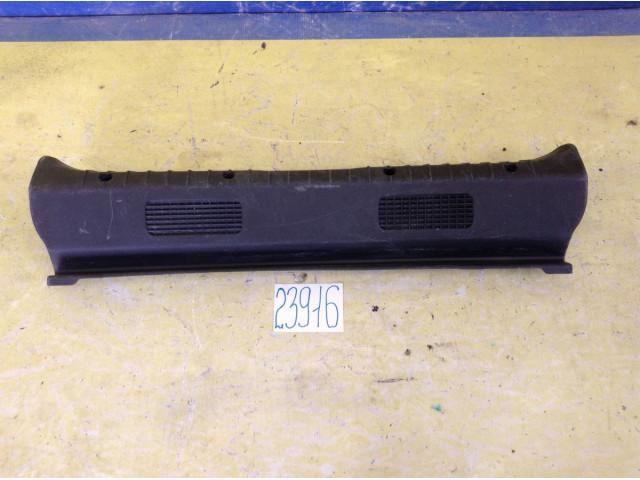 Lada Granta накладка замка багажника